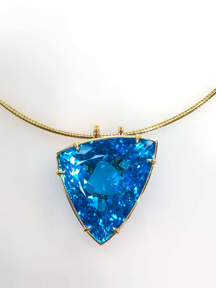 Necklace / Pendant blue topaz set in 18ct gold